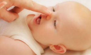 Заложен нос у грудничка: причины и лечение, первая помощь малышу