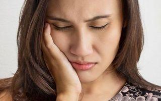 Болит скула и челюсть возле уха справа или слева, больно жевать, отдает в ухо — лечение