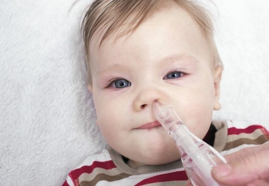 Как убрать сопли у грудничка, новорожденного ребенка